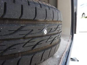 車のタイヤ1本空気圧抜ける