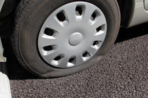 車のタイヤ1本空気圧(エア)が抜ける